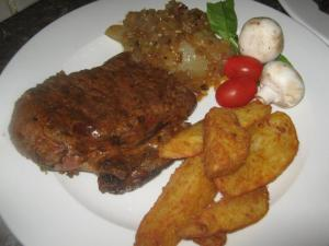Rump steak met potatowedges en gestoomde uie