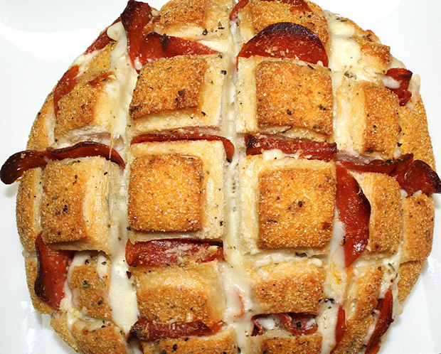 Cheesy Pizza Pull Apart Bread Recipe! •♥•☆ http://boringpittsburgh.com/food/super-bowl-recipe-pizza-pull-apart-bread/