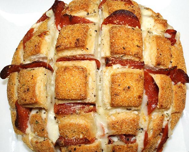 Cheesy Pizza Pull Apart Bread Recipe! •♥•☆ http://boringpittsburgh.com/food/super-bowl-recipe-pizza-pull-apart-bread/